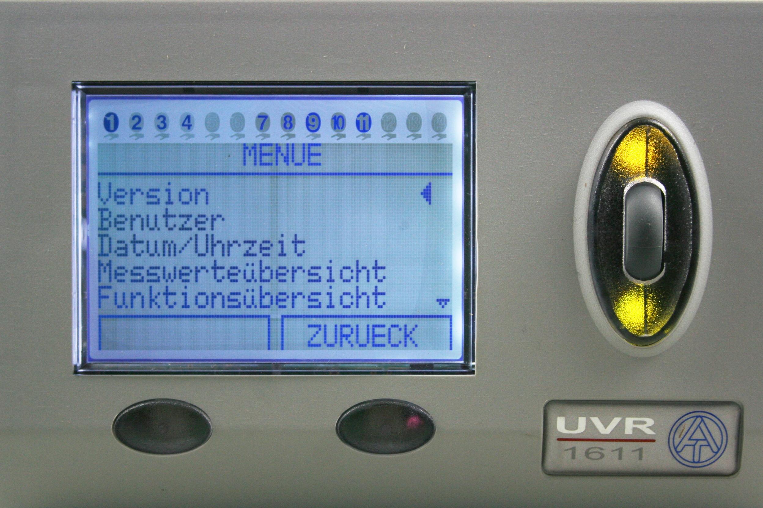 UVR 1611 lässt sich intuitiv bedinen. Alle Funktionen, Fühler und Zusatzfunktionen werden hierüber gesteuert und ausgewertet.